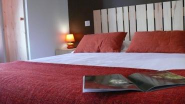 Lit en 160 X 200, matelas et oreillers à mémoire de forme, salle d'au privée